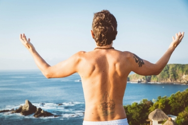 man standing in front of ocean in san Agustinillo teaching tantric online courses